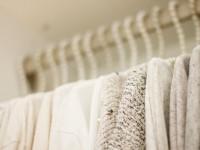 Cenisz minimalizm? Postaw na beżowy total look
